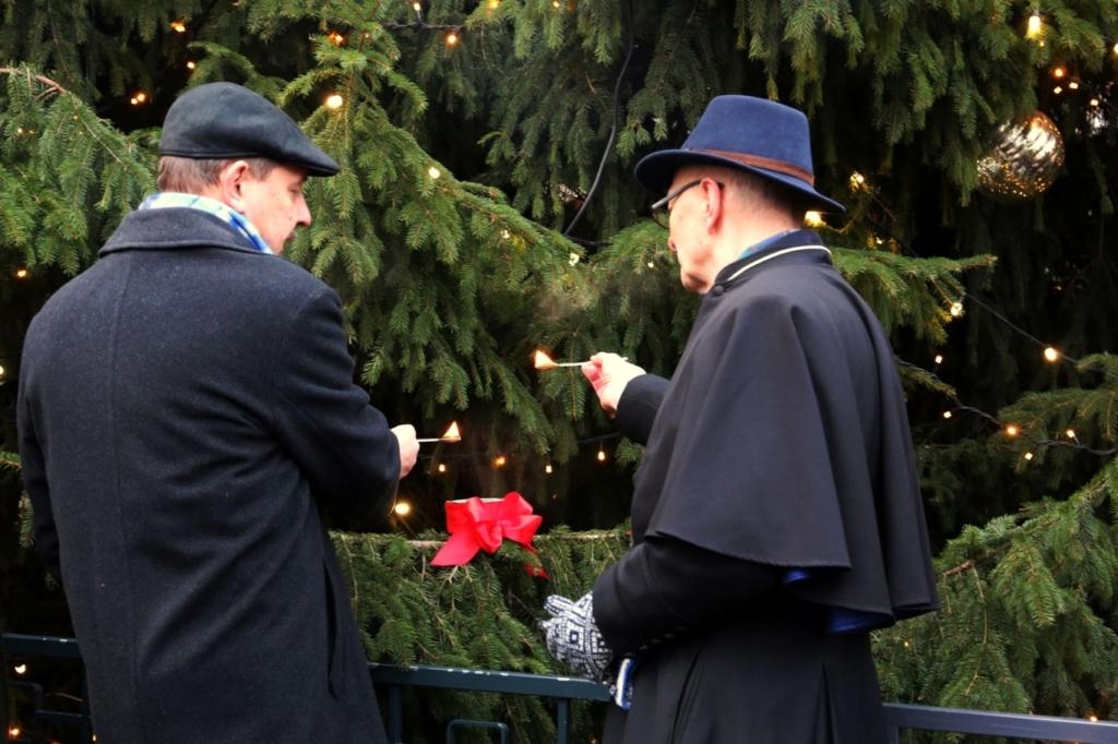 FOTOD! Raekoja platsi jõulupuul süüdati advendiküünal