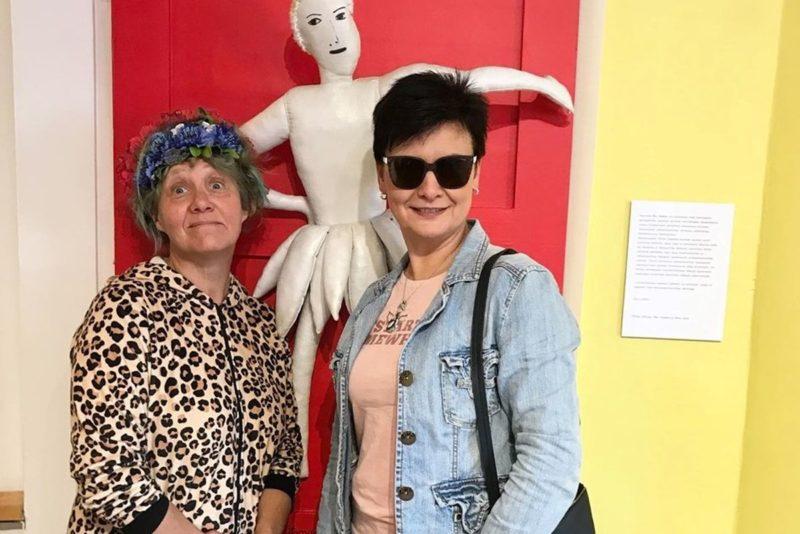 VIDEO I Ave Nahkur avas Viljandis koomiksilaadse maalinäituse