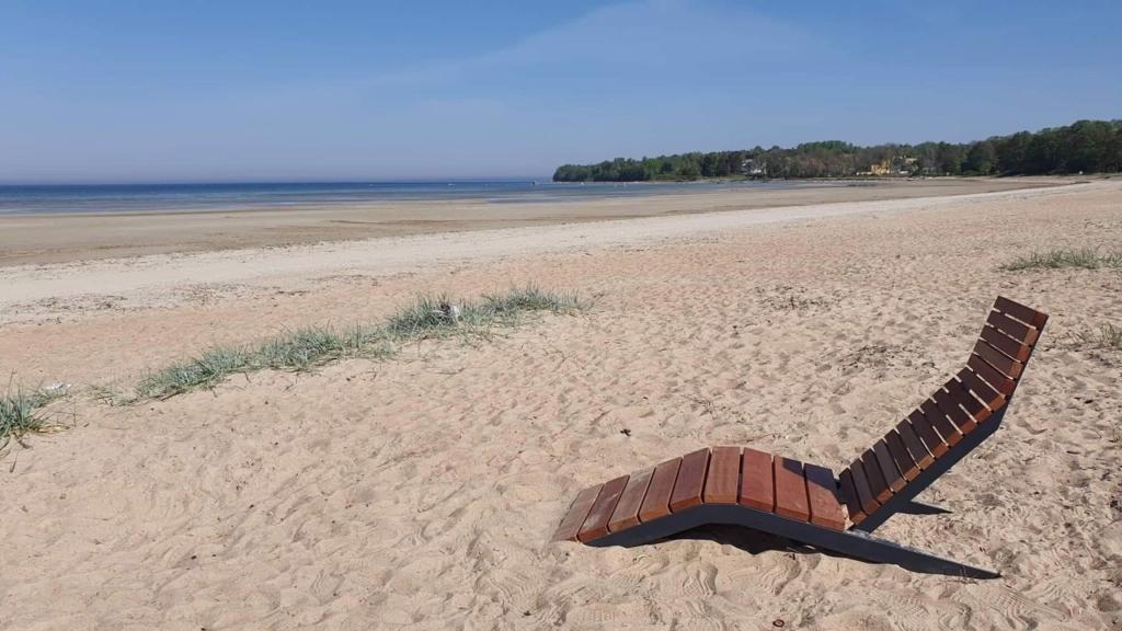 SUVITAJATE RÕÕMUKS I Haabersti randadesse paigaldati uued rannatoolid