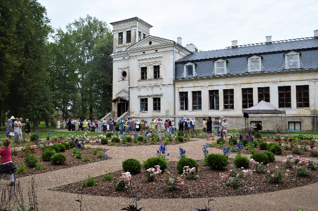 Kaagjärve mõisas avati roosiaed