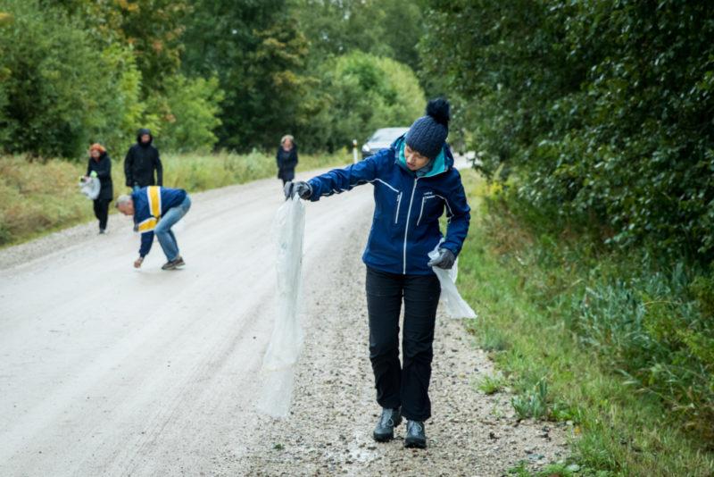 President Kersti Kaljulaid pärast Tartu Rattamaratoni rajapervede koristamist: peaksime olema kenad ka meie ilusa looduse vastu!