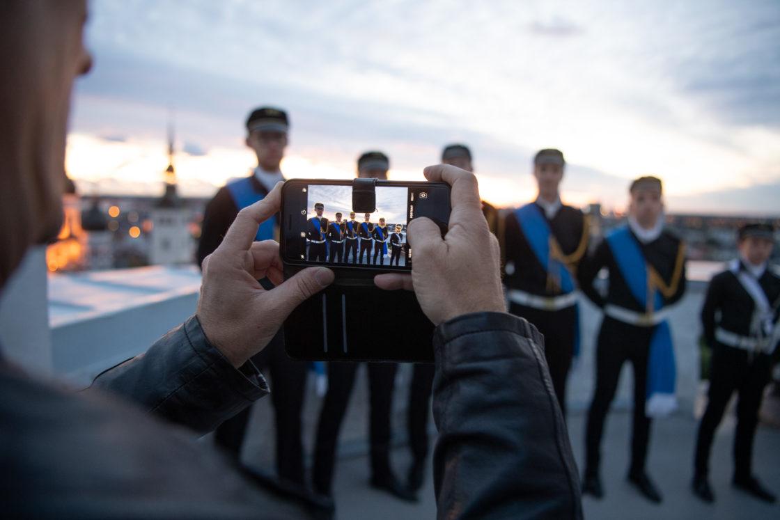 Tallinna 21. kooli õpilased Eesti vastupanuvõitlemise päeva auks Pika Hermanni torni sinimustvalge lipu heiskamise toimkonnas3
