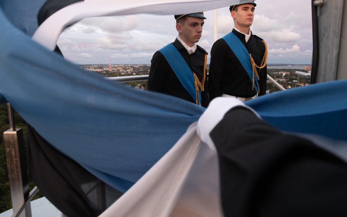Tallinna 21. kooli õpilased Eesti vastupanuvõitlemise päeva auks Pika Hermanni torni sinimustvalge lipu heiskamise toimkonnas4