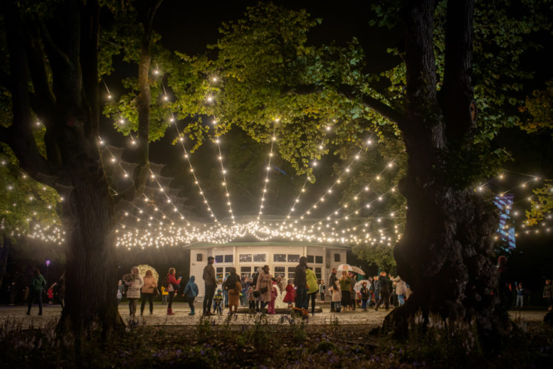 """FOTOD I Festival """"Valgus kõnnib"""" pakkus tuhandetele külastajatele valgusinstallatsioone, silmarõõmu ja lummavaid muusikaelamusi"""