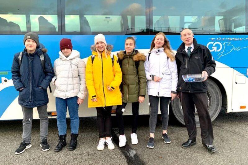 Harjumaa liine teenindavad Go Busi bussijuhid jagavad sõitjatele helkureid