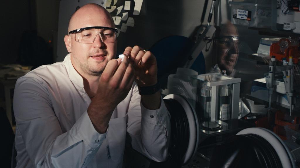 Uurija demonstreerib töötavat naatriumioonakut. Foto Tavo Romann