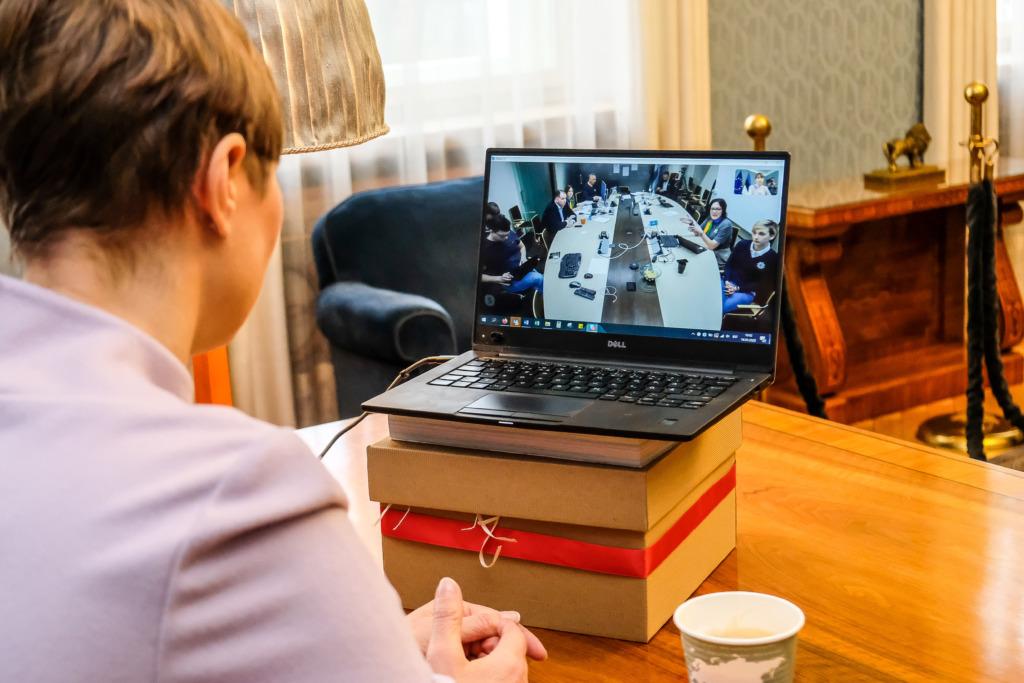 """VESTLUS PRESIDENDIGA I Täna toimub Kersti Kaljulaidiga vestlusring veebiseminaril """"10 kodust koolipäeva – õpitud peatükid"""""""