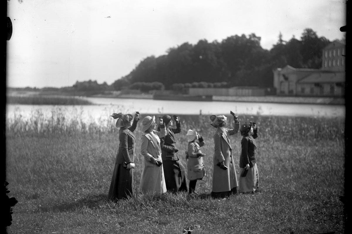 1_A group of women from the Women Member's Committee of the Latvian Photographic Society