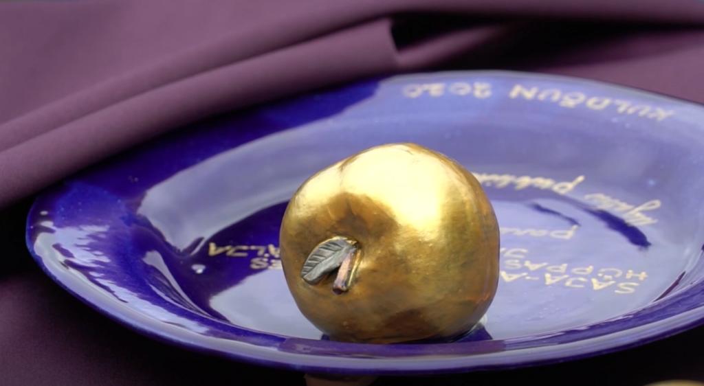 VIDEO I Ugala teatrimaja juurde istutati õunapuu ja jagati kolleegipreemiaid