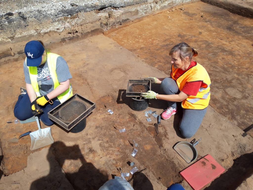 Marge Kannel väljakaevamistel (1)