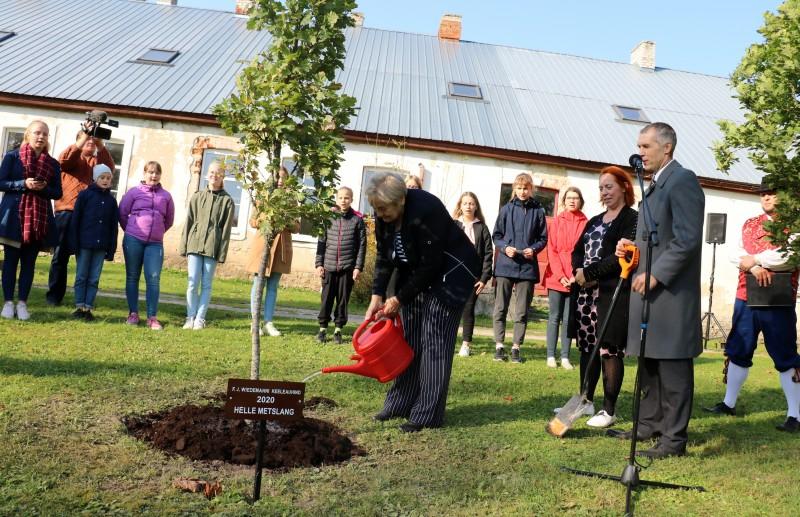Haridus- ja teadusminister Mailis Reps tunnustas Wiedemanni keelepäeval tänavust laureaati Helle Metslangi