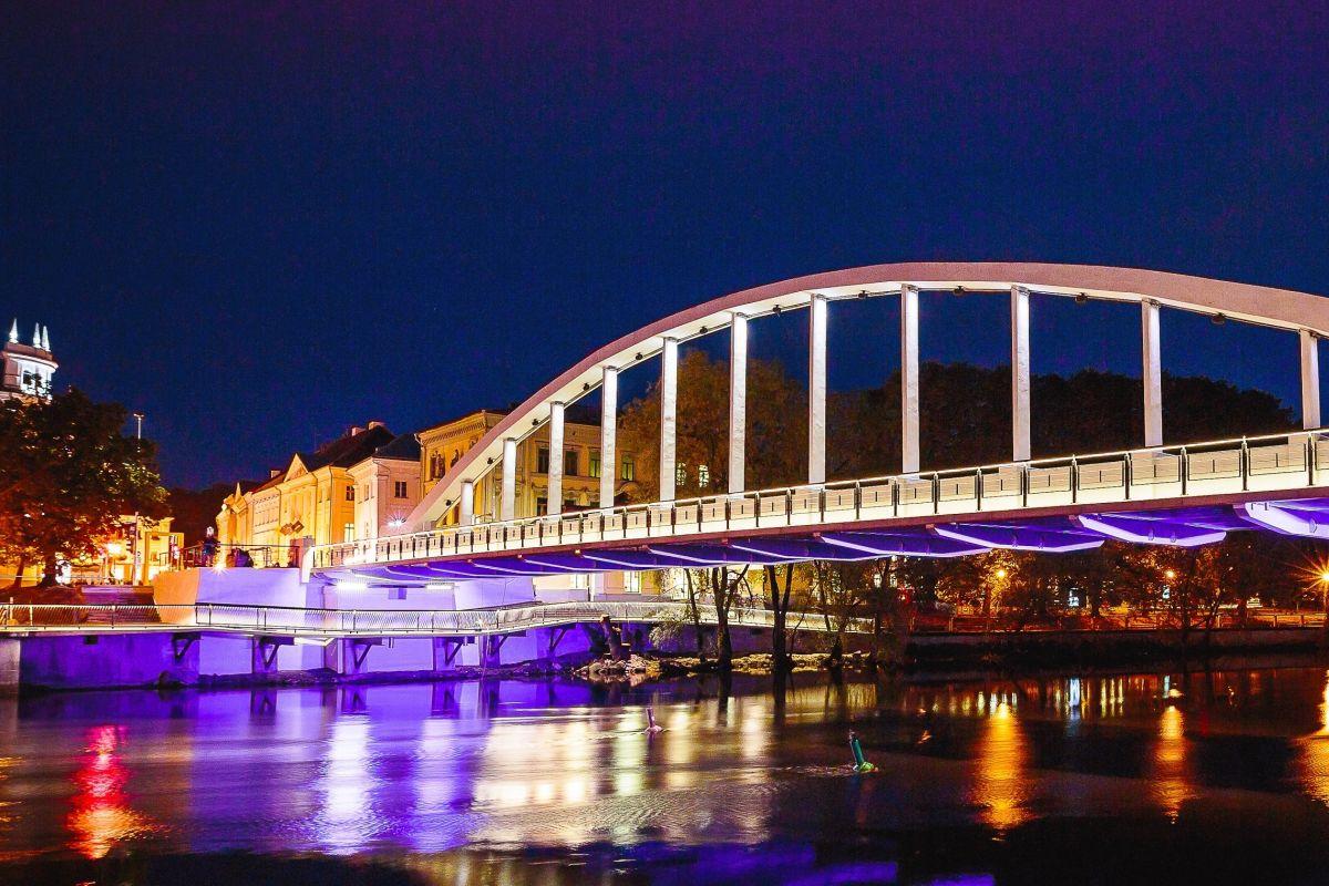 SEISAME NAISTE EEST! Tartu Kaarsild värvub naistevastase vägivalla vastu võitlemise päeva puhul oranžiks