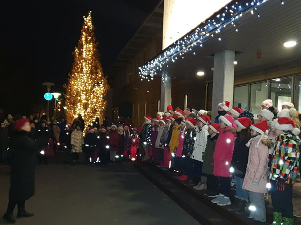 Pirita lapsed laulsid varahommikul jõulud helisema