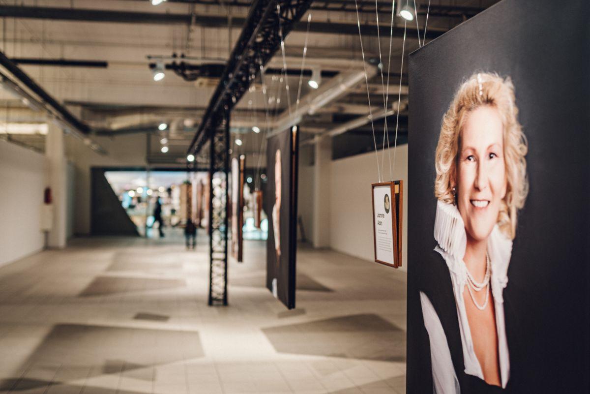 """EMADUS TOOB ESILE NAISELIKKUSE I Näitus """"Naise elu lõuend"""" jõudis Tallinna"""