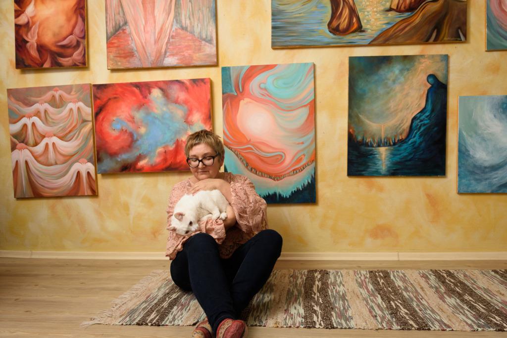 Ingleid maaliv kunstnik Reet Kalamees avab Tartus maalinäituse