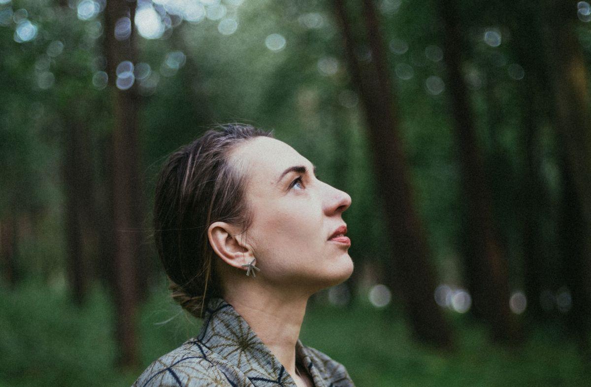 Tuulikki Bartosik komponeeris uue EP, Arvo Pärt kõrvaltoas klaverit mängimas