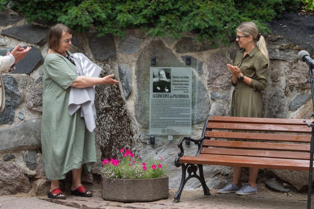 Glehni mäletustahvli avamine Grete Šillise ja Kadi Alatalu poolt