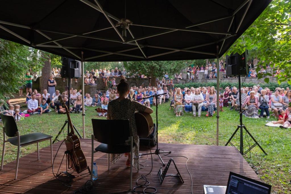 Mari Jürjensi kontsert tõi Nõmmele Ravila parki rohkearvulise publiku